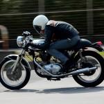 ヤマハ製バイク vs ポルシェ&ランエボの雪道レース!その結果は…?!