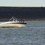 川釣りしている横を猛スピードでボートが爆走!